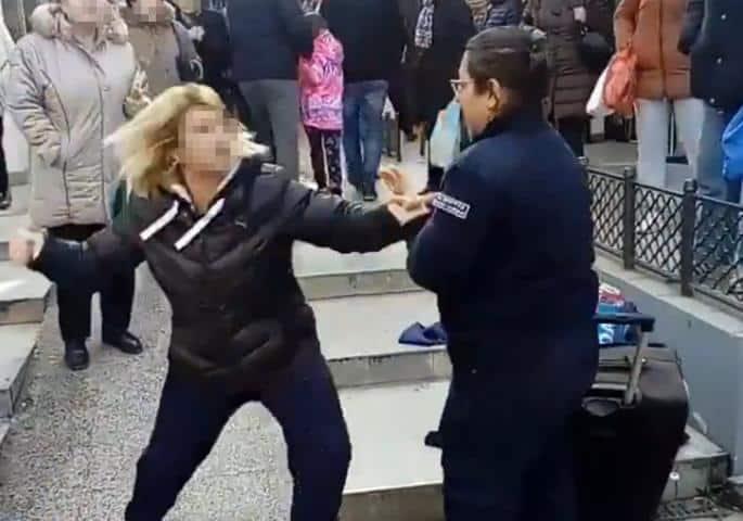 NOKAUTIRANA POLICAJKA POZNATA PO MALTRETIRANJU OD RANIJE: Evo šta je radila (VIDEO) 1
