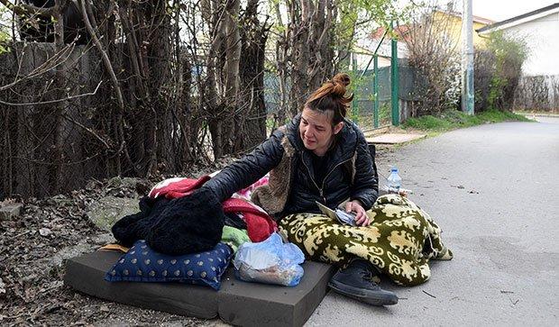 """ZA NJIH NEMA POMOĆI: Milenu gazda izbacio iz stana zbog """"korone"""" (VIDEO) 1"""
