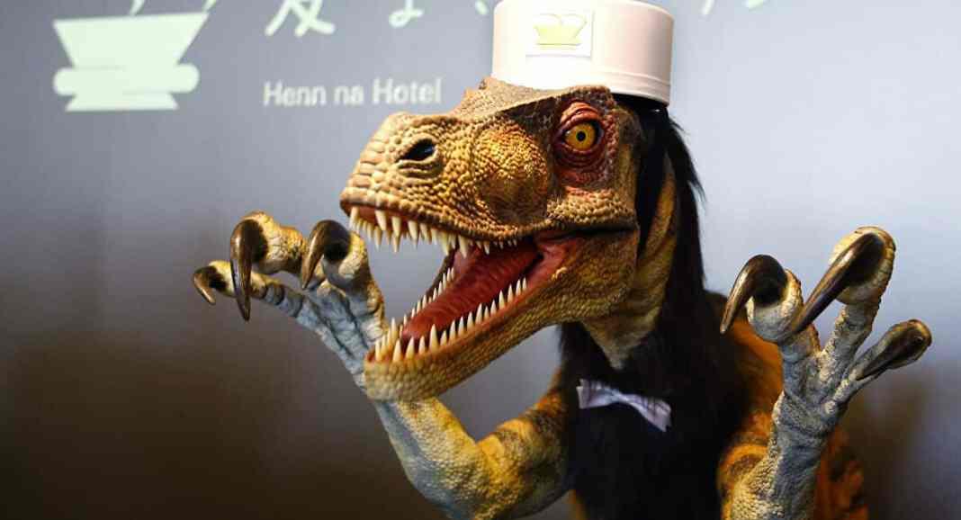 """""""Dinosaurus"""" izašao iz kuće i bacio đubre za vreme policijskog časa u Rusiji (VIDEO) 1"""