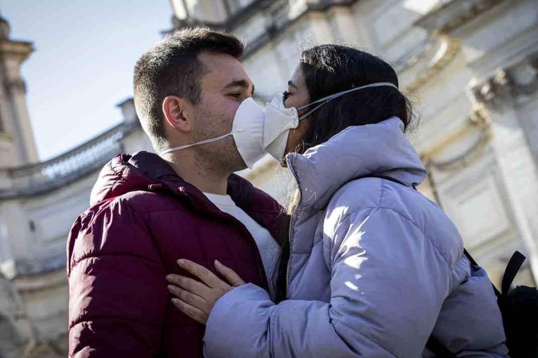 DIKTATURA PROLETERIJATA: Australija zabranila grljenje i ljubljenje za Novu Godinu! 1