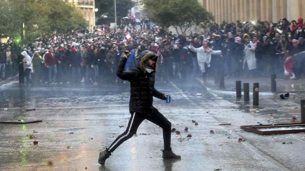 (VIDEO) HAOS U BEJRUTU: Demonstranti krive vladu, zapaljen požar, kamenjem na policiju 1