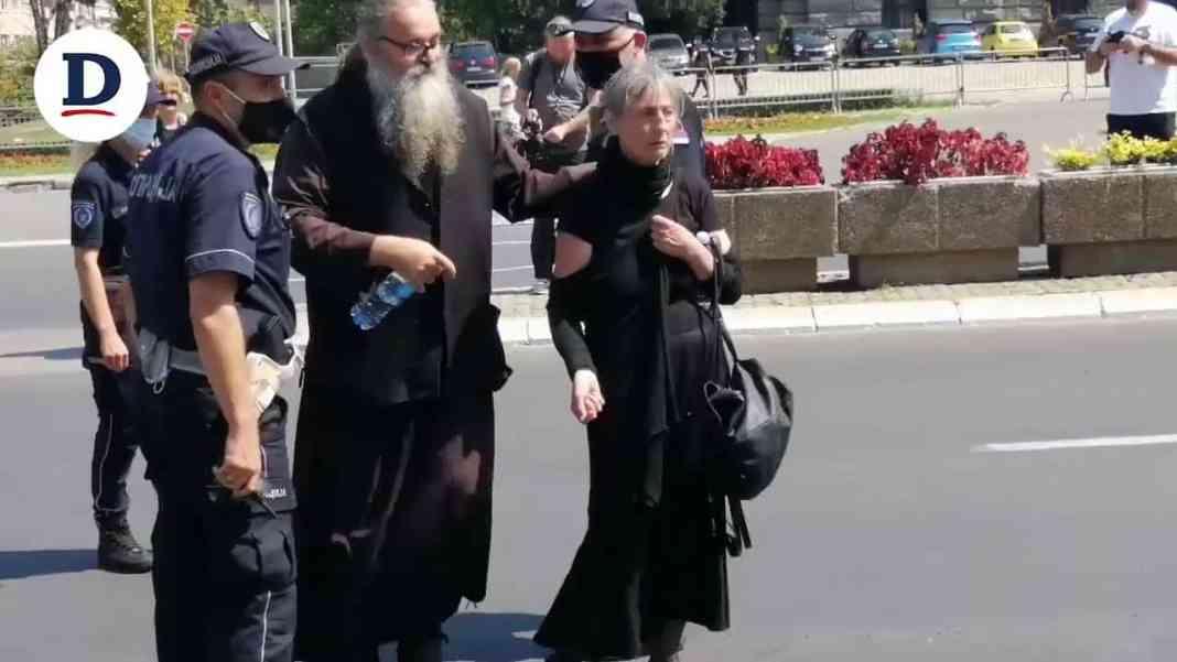 STRAVIČAN VIDEO: Policija opkolila stariju ženu, spasao je monah Antonije! 1