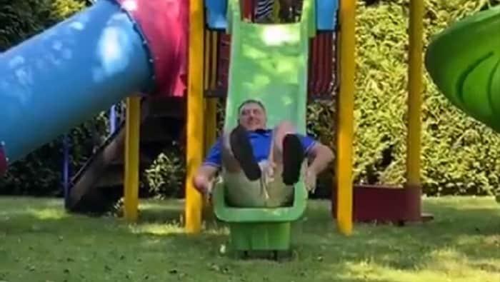 MEDO DODO: Dodik se spušta niz dečji tobogan i plaši decu(VIDEO) 1