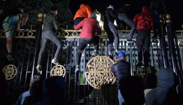 REVOLUCIJA: Kamionom razvalili kapiju, upali u zgrade vlade i parlamenta 1