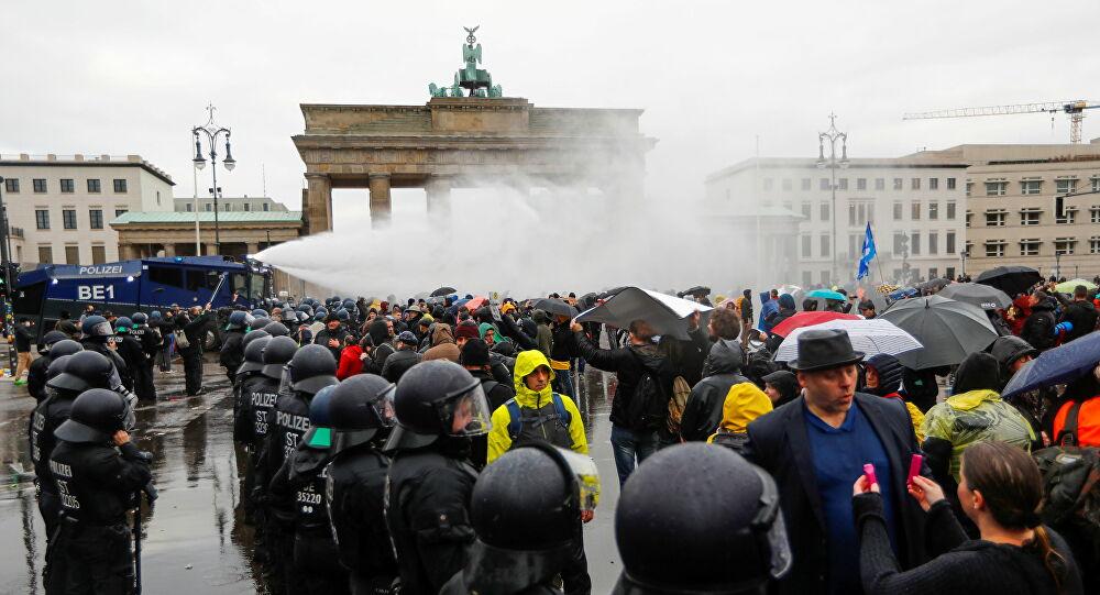 VRATITE NAM ŽIVOTE: Berlinska policija zbog dece vodene topove upotrebila polako! 1