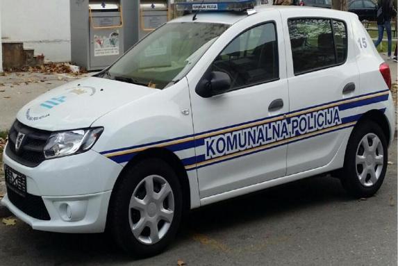 (FOTO)BRUKA ZA CRNU GORU: Komunalna policija blokirlala ulaz crkvi i sprečava vernike da osveštaju kolač! 1