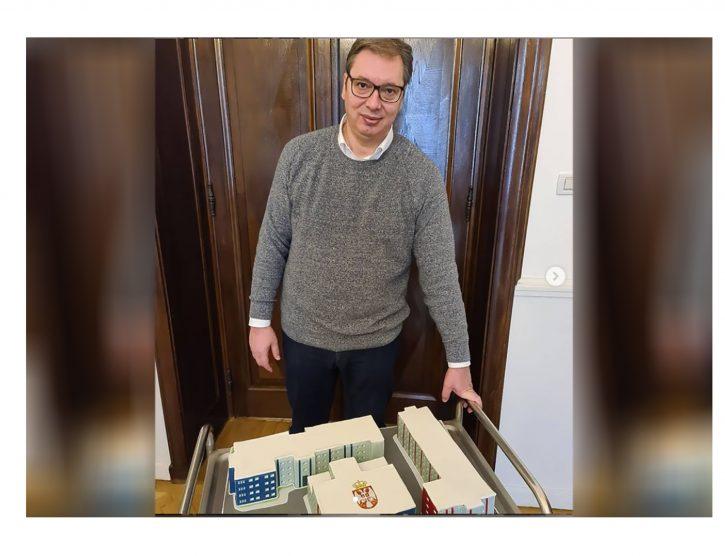 Vučić dobio tortu u obliku kovid bolnice 1