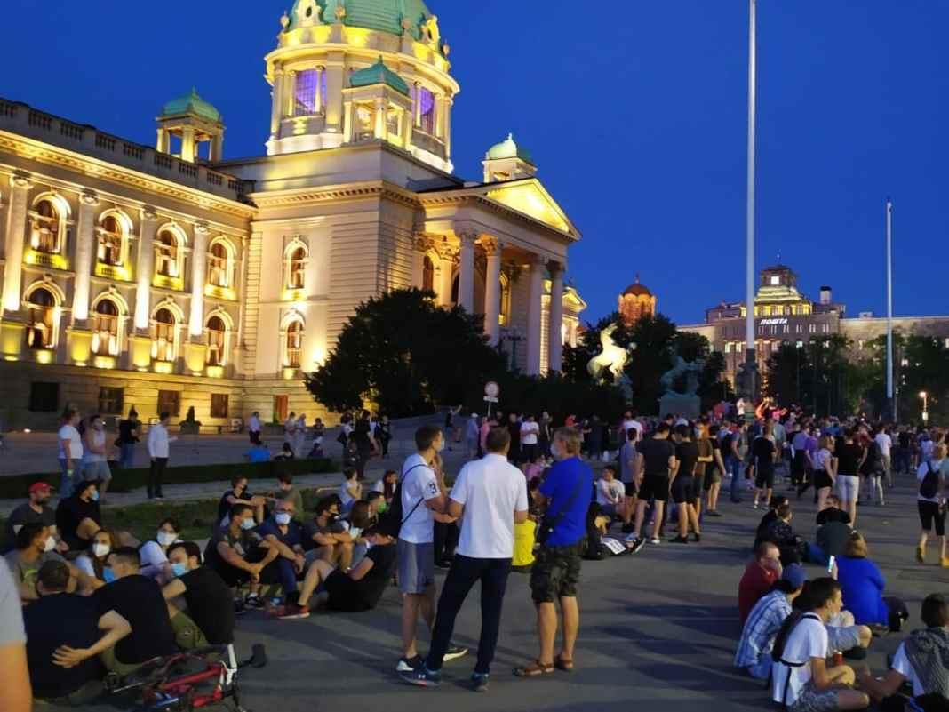 IZ ZEMLJE IZNOSE STOTINE MILIONA EVRA: Kako strane banke uz podršku vlasti pljačkaju Srbiju i njene građane 3