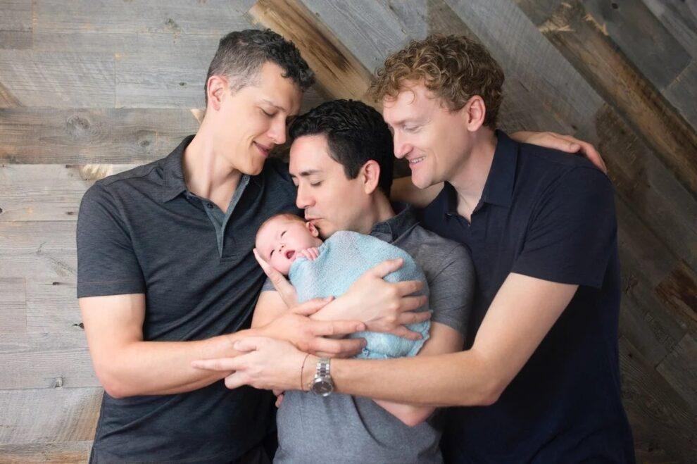 VUČIĆ SPREMA OVO U SRBIJI: 3 muškarca usvojili bebu 1