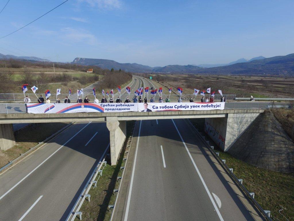 POSLE KROVOVA, ETO IH NA NADVOŽNJAKU: Sve za Vučića, Vučića ni za šta (FOTO) 1