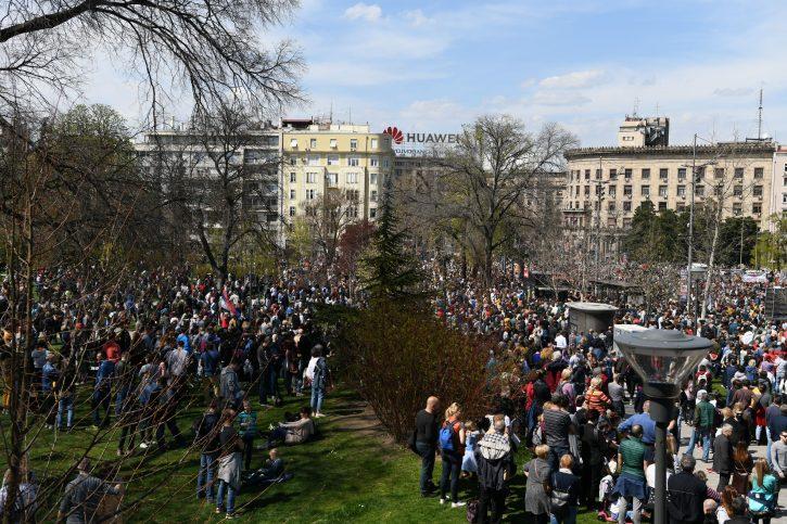 VLAST SPREMNA DA ZAPUCA NA NAROD: Oružje na protestu u Beogradu, ljudi u panici 5