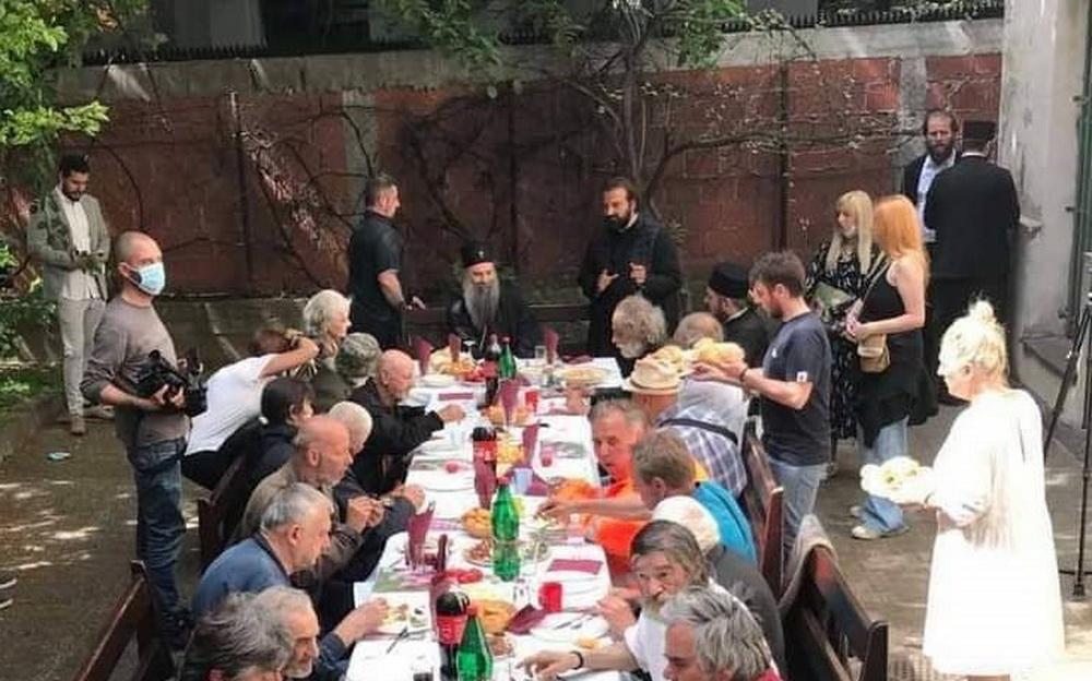IMA NADE, SNAŽNA PORUKA SVIMA: Patrijarh Porfirije za trpezom sa beskućnicima (FOTO) 1