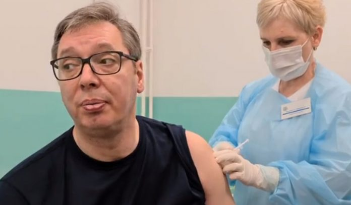 VUČIĆ SPRDA NAROD: Sad kad dajem pare, svi trče da se vakcinišu! Teoretičari zavere su LUDACI! 1