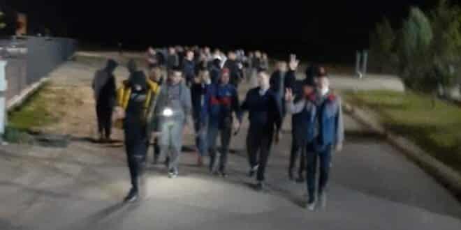 NEĆETE NAM NAPADATI ŽENE: Ogromne patrole noću idu Palankom, dižu 3 prsta i traže migrante! 1