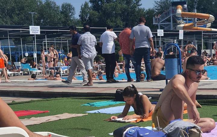 LUDILO NAD SRBIJOM: Indijci umesto u karantinu na bazenu u gaćama! 1