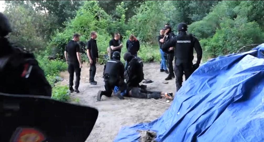 (VIDEO) ŽANDARMERIJA RASTURILA TAJNI MIGRANTSKI KAMP: Unutra pronađena gomila oružja! 1