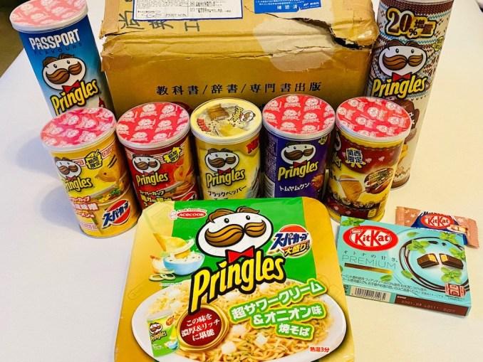 Übersicht Paket aus Japan mit asiatischen Pringles und zwei KitKat-Sorten