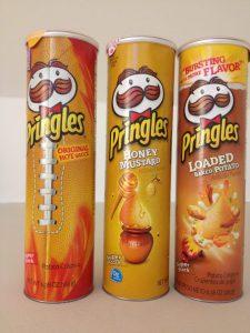 Verschiedene Pringles in goldgelben Verpackungen