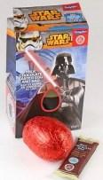 Kleines Star Wars-Set aus einem Schokoladenei und einem Schokoladenriegel.