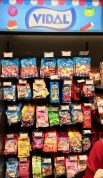 Das spanische Süßwarenunternehmen Vidal hat eine Wand mit Tüten gestaltet und davor...