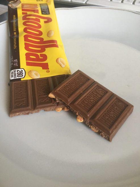 Der Mr Goodbar von Hershey's ist ein weicher, leicht schmilzender Riegel aus Schokoladenkammern mit ganzen Erdnüssen. Ich liebe ihn!