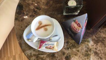 Selbst der Cappuccino in der Viba-Nougatwelt trägt ein Kakao-V.