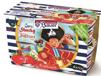 Bauer hat Joghurt mit Sharky, dem kleinen Pirat.