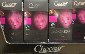 """Was hat sich der Verpackungsdesigner bei Choceur (Storck) denn wohl gedacht, als er diese Schokoladeverpackung gestaltete? Jetzt erschrecke ich die Leute mal? Diese Maske in zartem Blutrot auf der Verpackung der Schokolade """"Madagascar"""" ist wirklich schauderhaft geraten."""