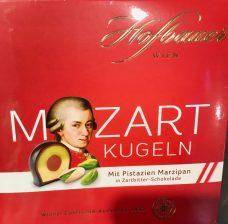 Und auch von Hofbauer gibt es Mozartkugeln, die aber, wie man schon auf der Verpackung sieht, unten abgeflacht sind... Die Konfiserie Carl Hofbauer hat erst den österreichischen Schokoladenhersteller Küfferle gekauft und wurde dann selbst von Lindt & Sprüngli geschluckt.