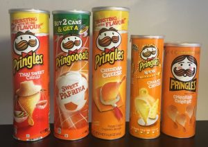 Pringles Thai Sweet Chilli, Sweet Paprika, Cheddar Cheese, Creamy Cheese und Cheddar Cheese in der Retro-Dose