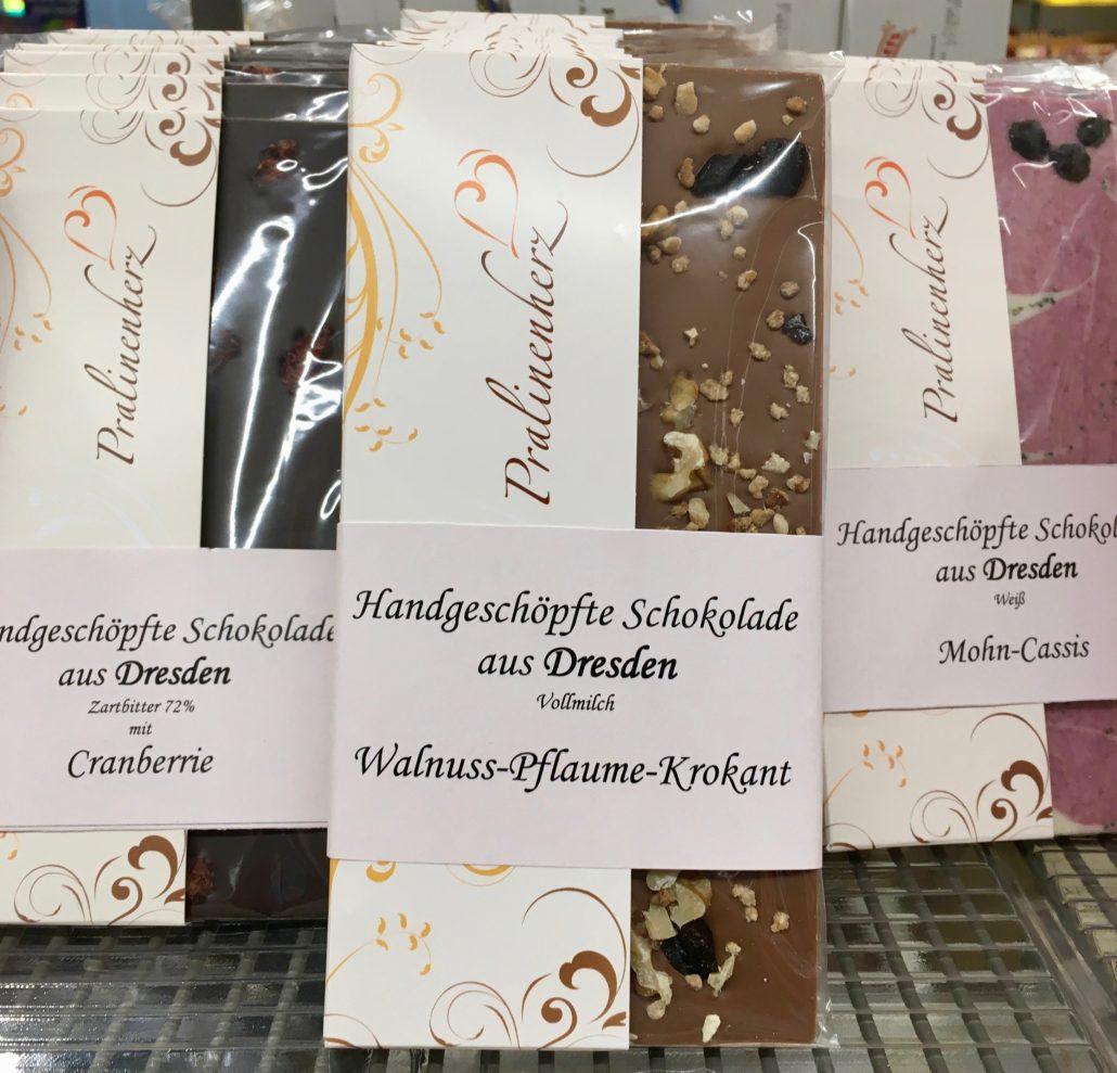 Pralinenherz Handgeschöpfte Schokolade aus Dresden Cranberrie-Walnuss-Pflaume-Krokant und Mohn-Cassis
