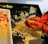 Geformte Bonbons werden zerteilt und abgefüllt