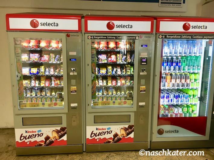 Selecta dreitiliger Süßwarenautomat am Kölner Hauptbahnhof
