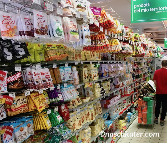 Supermarkt Italien Süßwarenregal hohe Tütenhängung