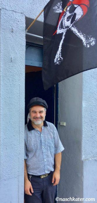 Naschpirat Emmanuel Mangiapane vor seinem Laden in der Bautzener Straße 14-Detail