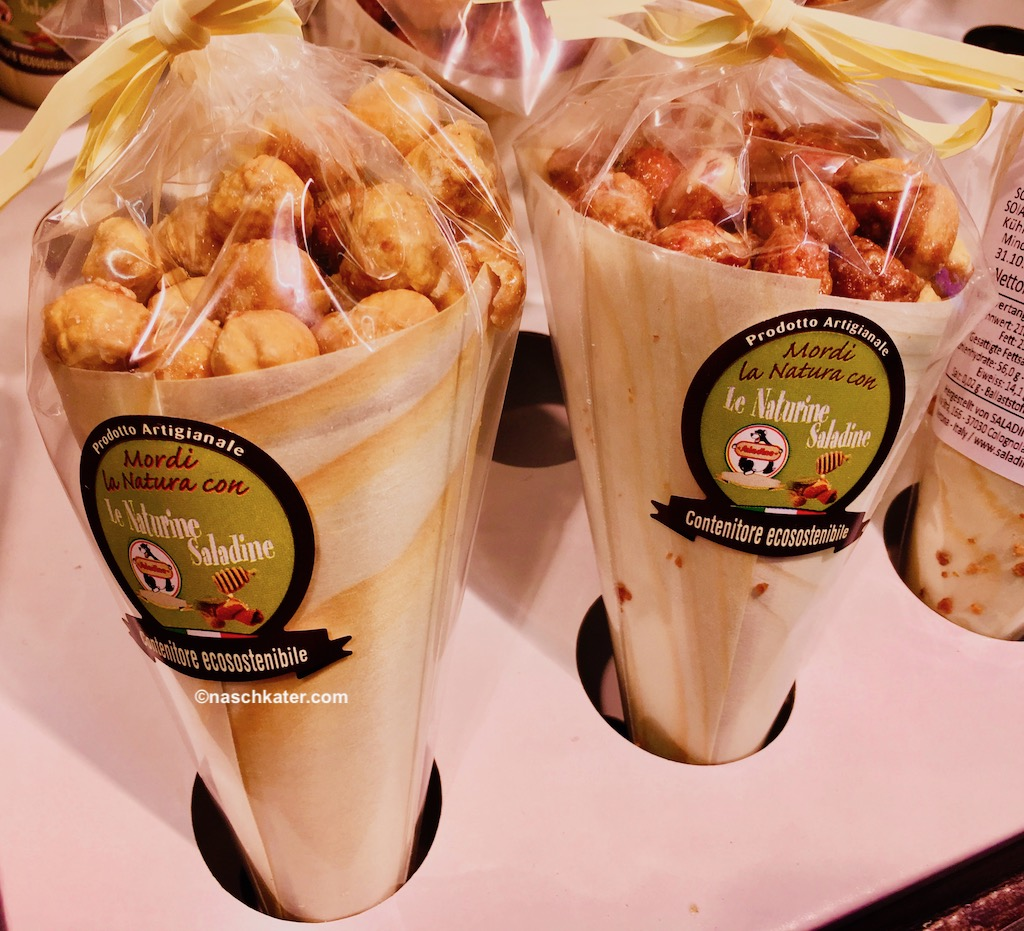 Jahrmarktsüßigkeiten Toffeepopcorn Mandeln Spitztüten