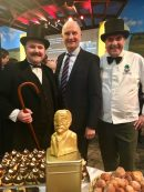 MP Woike mit Fontane-Darsteller und Becker Plentz sowie Schokoladen-Fontane in Gold ©naschkater-com