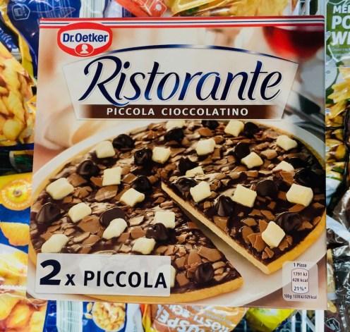 Die berühmte Schokoladenpizza von Dr. Oetker ist ja eigentlich ein Keks, den man zuhause aufbackt. Es gibt ihn auch in Mini, dafür doppelt.