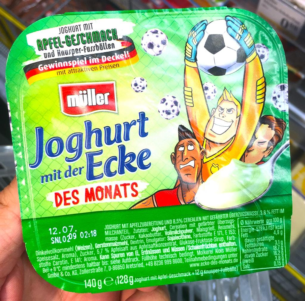 Müller Joghurt mit der Ecke Apfel-Geschmack Fußball-Motiv