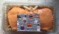 Orangefarbener Fondant Zitronenkuchen mit Halloween-Motiv.