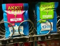 Akku Leer - vorgeladene Powerbank im Automaten am Bahnhof