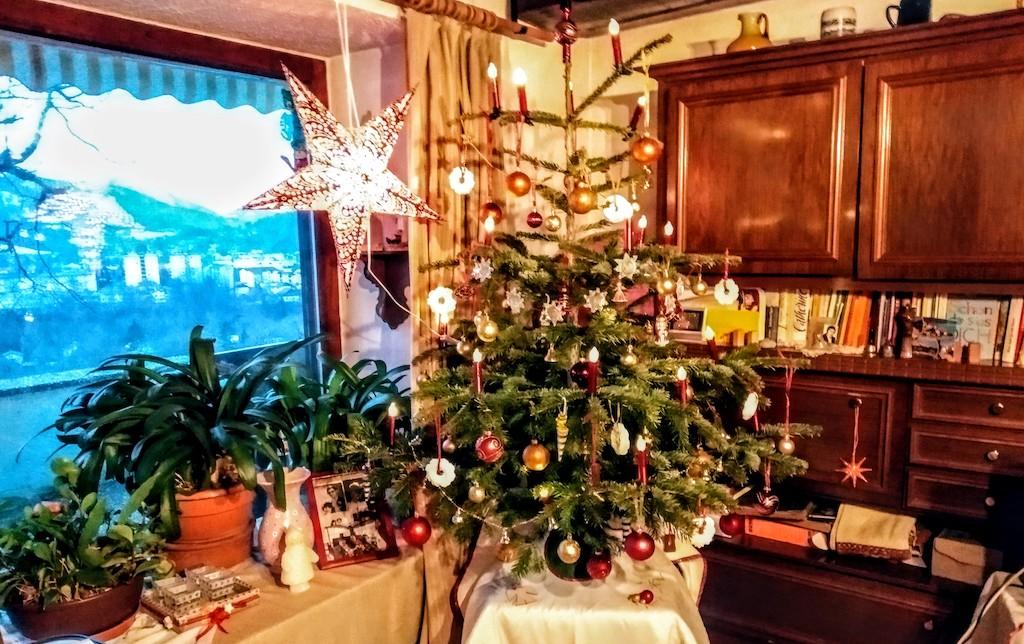 Weihnachtsbaum mit süßem Baumbehang in Österreich 2019.