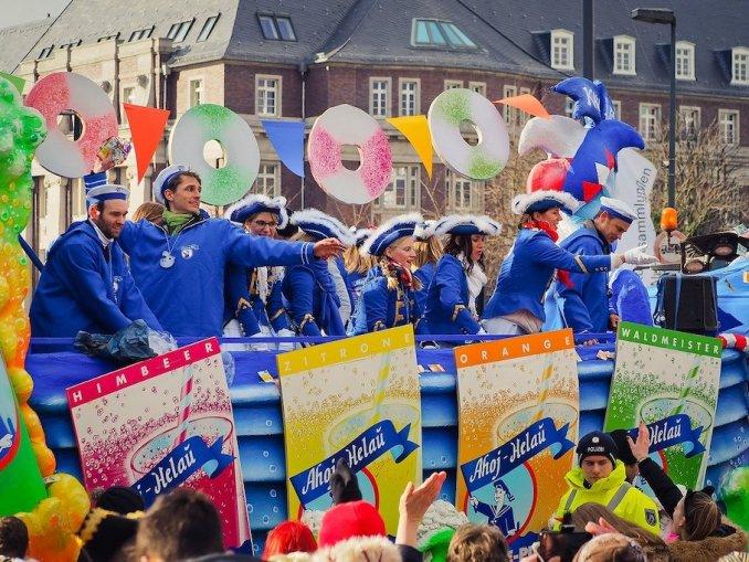Wurfamterial wird unter die Leute gebracht beim Karneval / Bildnachweis: CC0 via pixabay.com