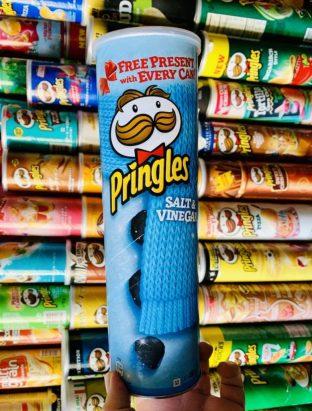 Pringles-Dose Salt+Vinegar Himmelblau mit Schal