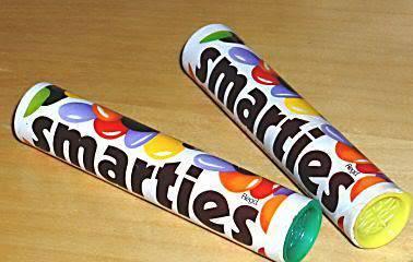 Retro: Zwei Smarties-Rollen aus 1970er oder 1980er Jahren mit bunten Verschlüssen