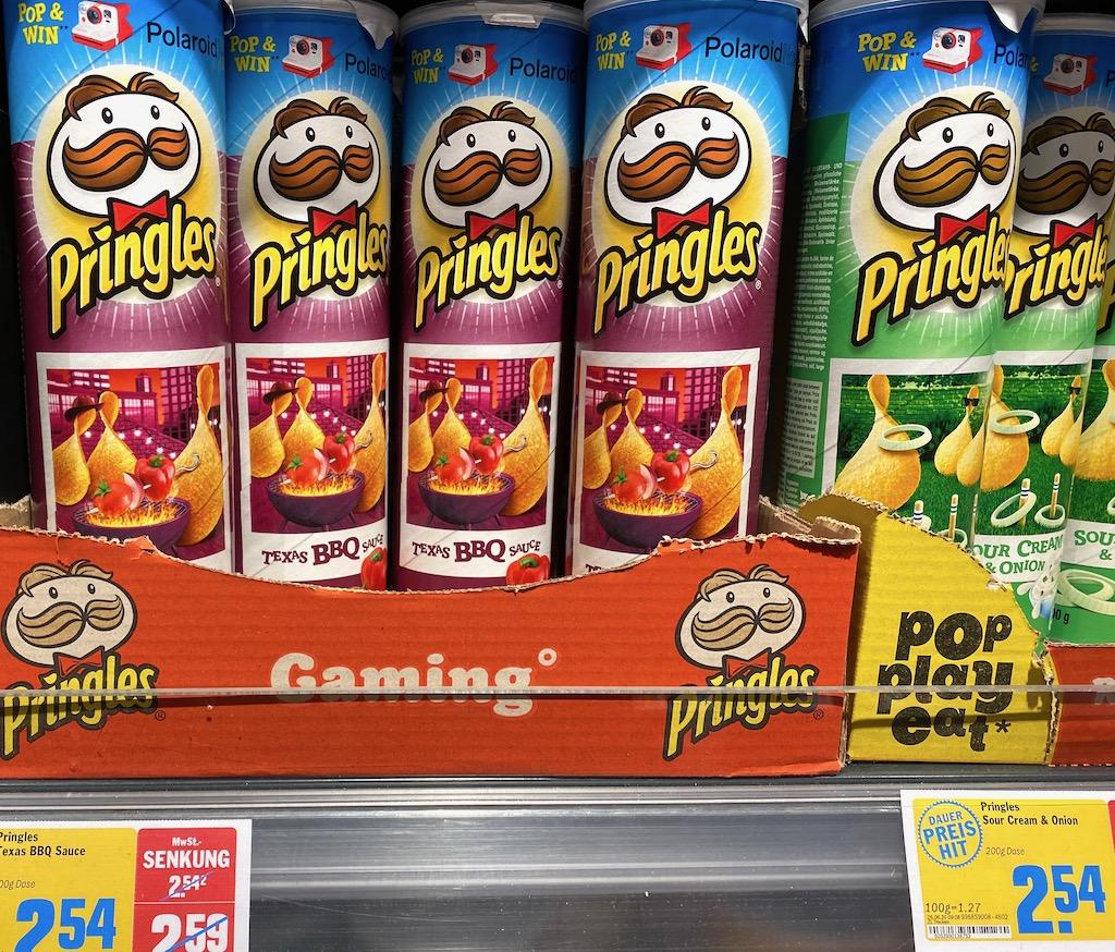 Pringles Texas BBQ und Sour Cream mit Polaroid-Fenster auf Verpackung