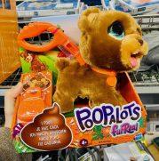 """Hasbro: Stofftier-Hund """"Poopalots"""": Er verliert kleine Hundehaufen, die das Kind mit einer Schaufel einsammeln kann."""