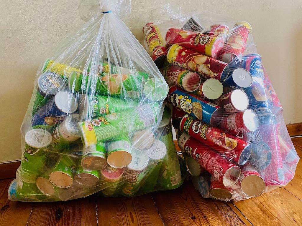 Pringles-Dosen in Säcken aus Irenes Sammlung