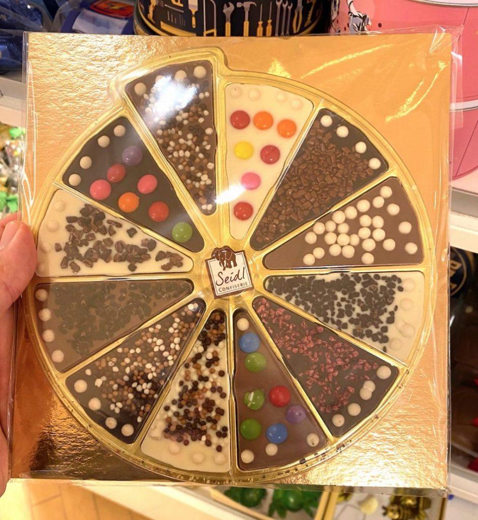 Seidl Pizza-Schokolade mit Zuckerlinsen-Dekoration