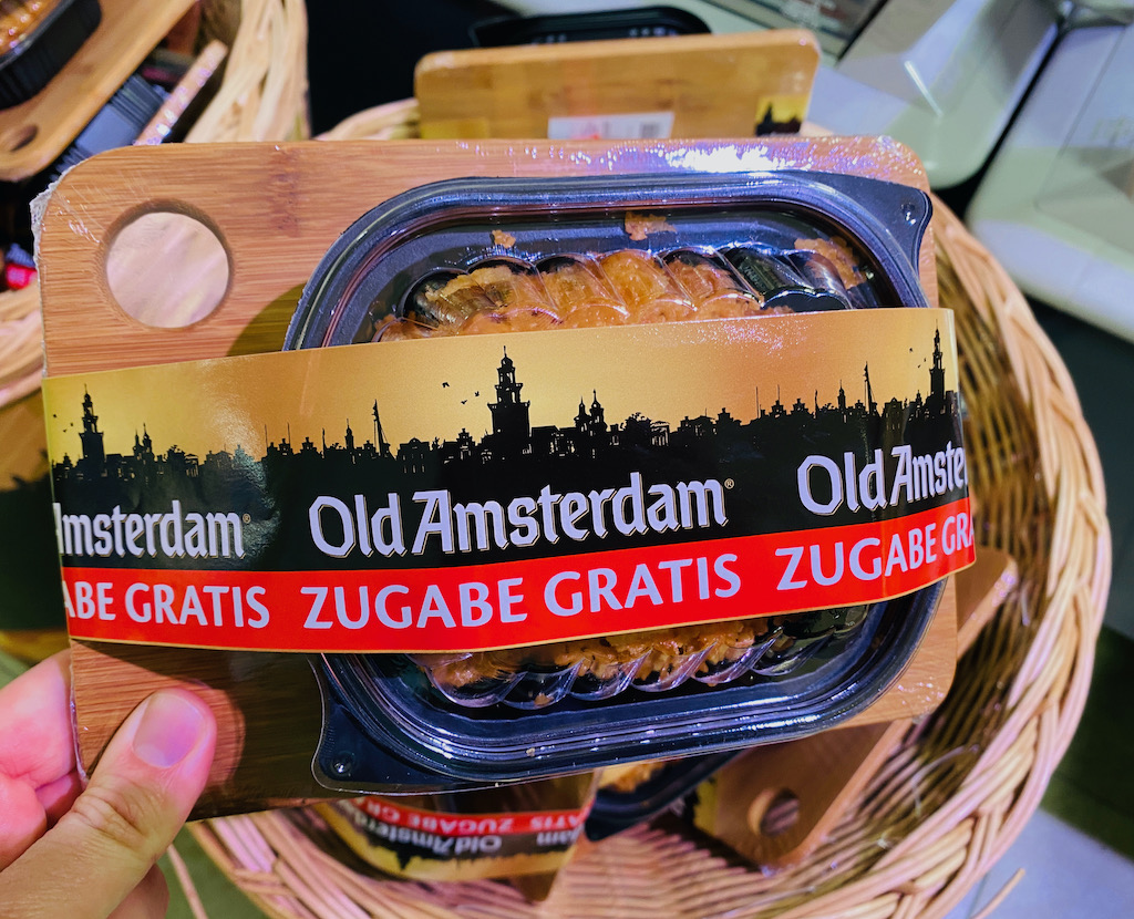 Old Amsterdam Käsechips mit Gratis Schneidebrettchen aus Holz als Zugabe